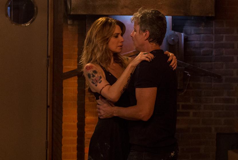Letícia Spiller e Marcello Novaes se beijam em Sol Nascente