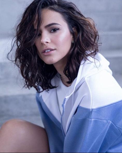 Bruna Marquezine usa o long bob tanto liso quanto ondulado. Os dois estilos ficam perfeitos para trabalhar, badalar, casar...