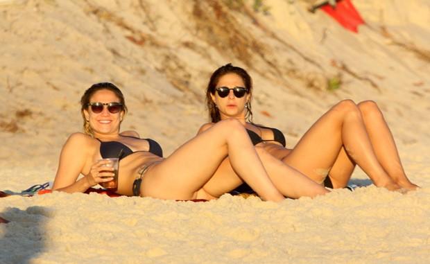 Fernanda Gentil curte tarde de domingo na praia com namorada