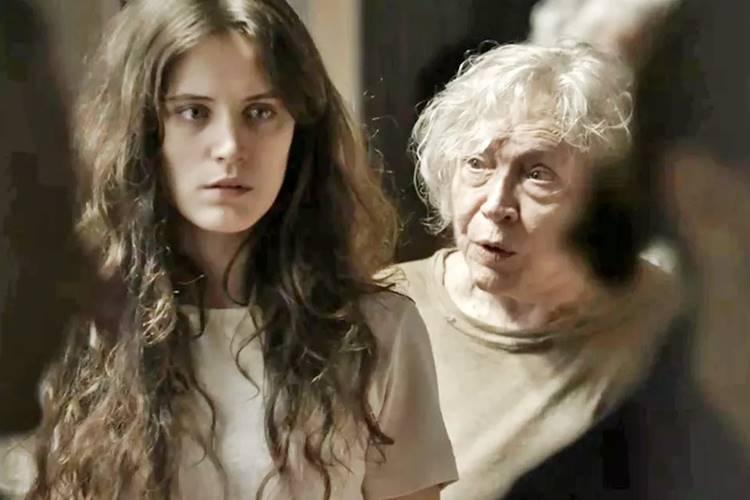 Clara (Bianca Bin) e Beatriz (Nathalia Timberg) de O Outro Lado do Paraiso
