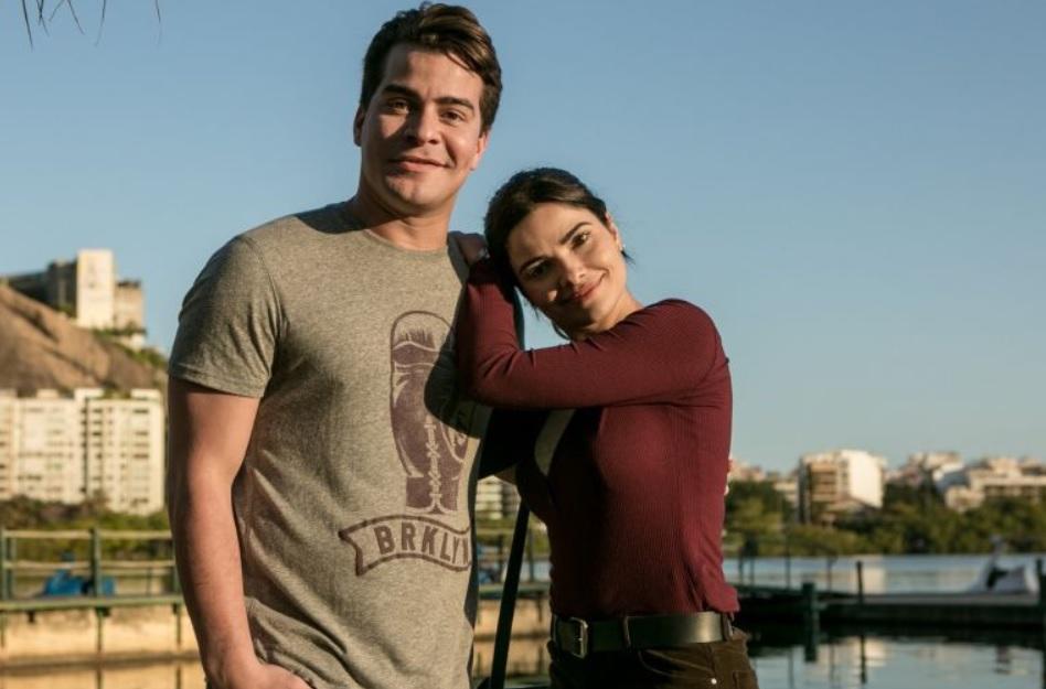Julio (Thiago Martins) e Antonia (Vanessa Giacomo) de Pega Pega