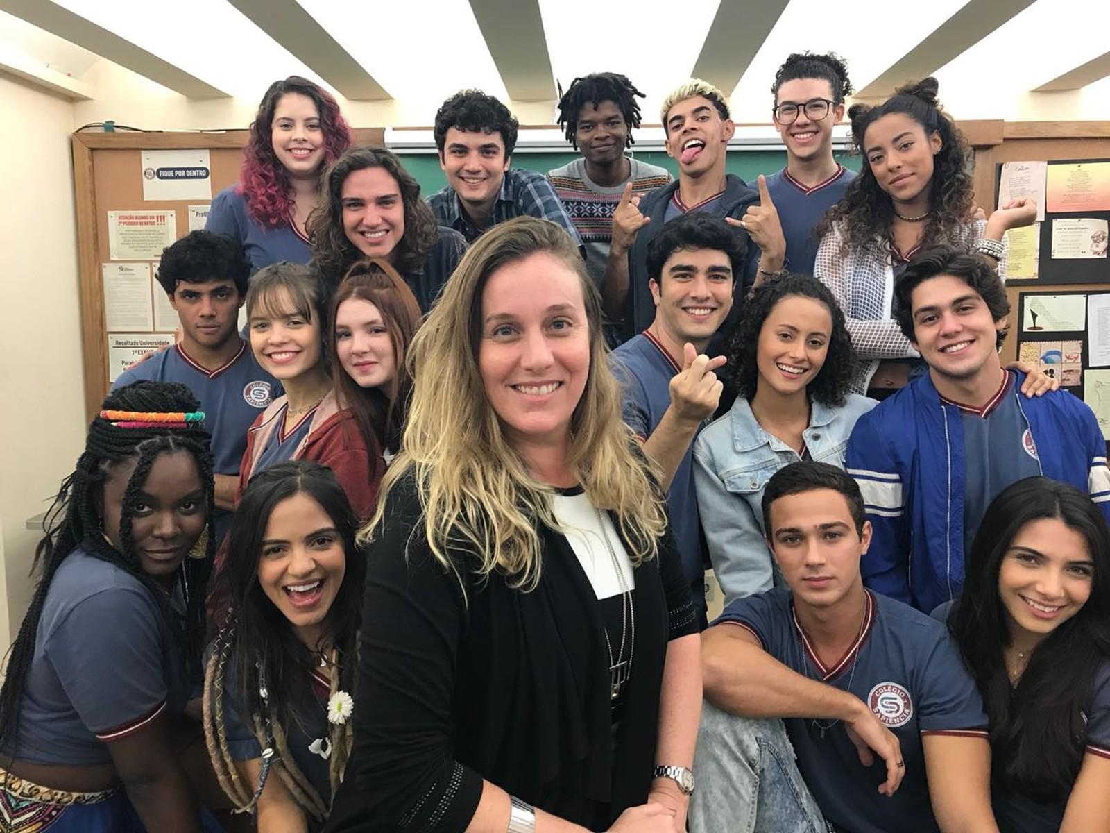 Natalia Grimberg, diretora de Malhação - Vidas Brasileiras, posa com o elenco da trama