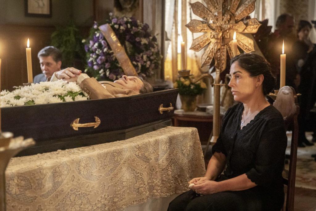 Velório de Júlio (Antonio Calloni). Lola (Gloria Pires) desolada, próxima ao caixão em Éramos Seis