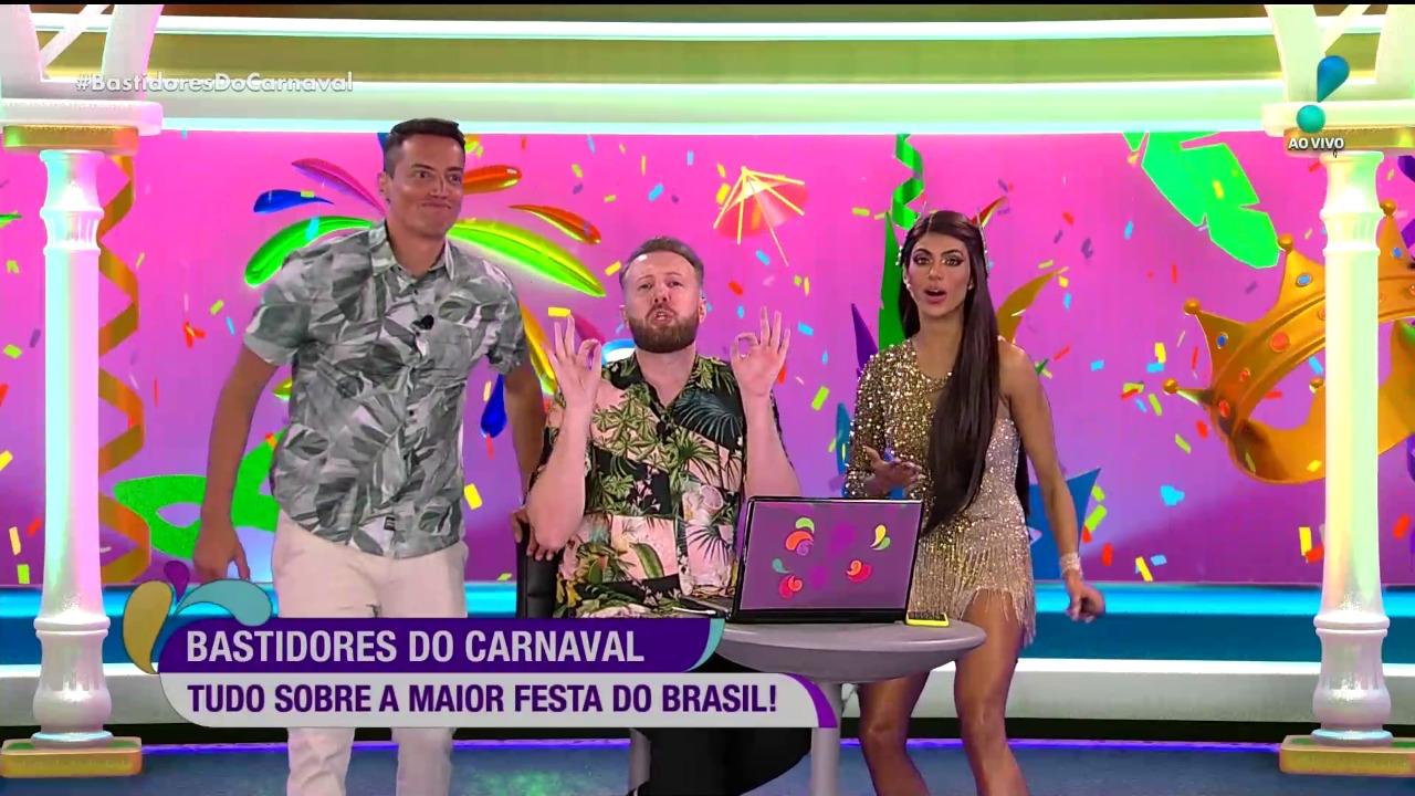 Leo Dias é destaque no comando do Bastidores do Carnaval (Reprodução / RedeTV!)
