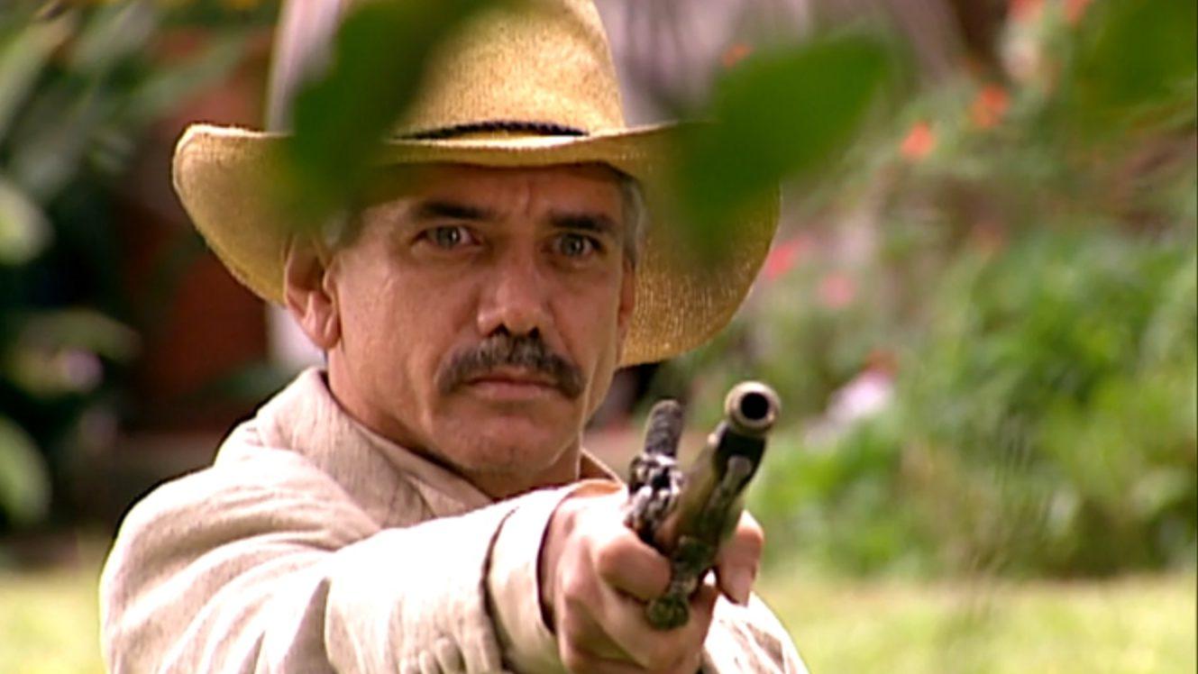 Miguel (Jackson Antunes) aponta arma para Martinho (Cláudio Curi) e Raimundo (Rômulo Delduque) em A Escrava Isaura