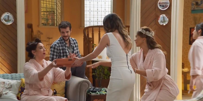 Sem noção, Bruna aparece com presente enquanto Tancinha se arruma para o casamento