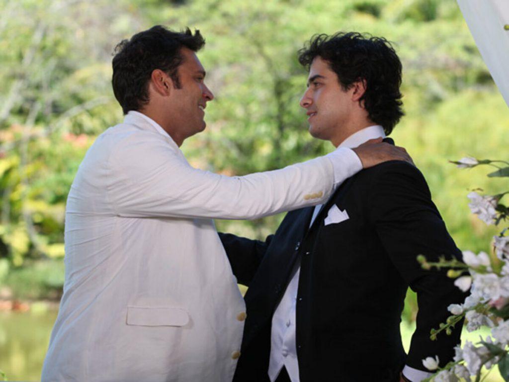 Thales (Armando Babaioff) e Julinho (André Arteche), em Ti-ti-ti