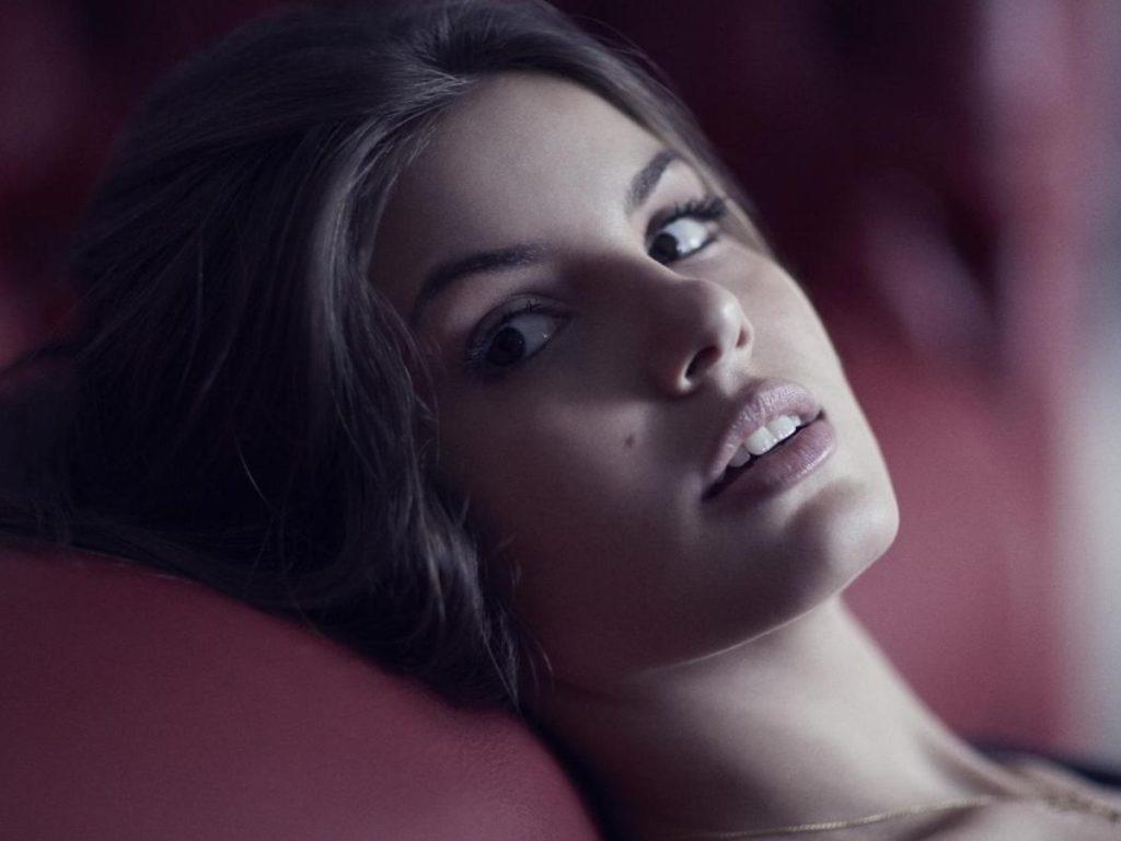 Camila Queiroz vive Angel em Verdades Secretas