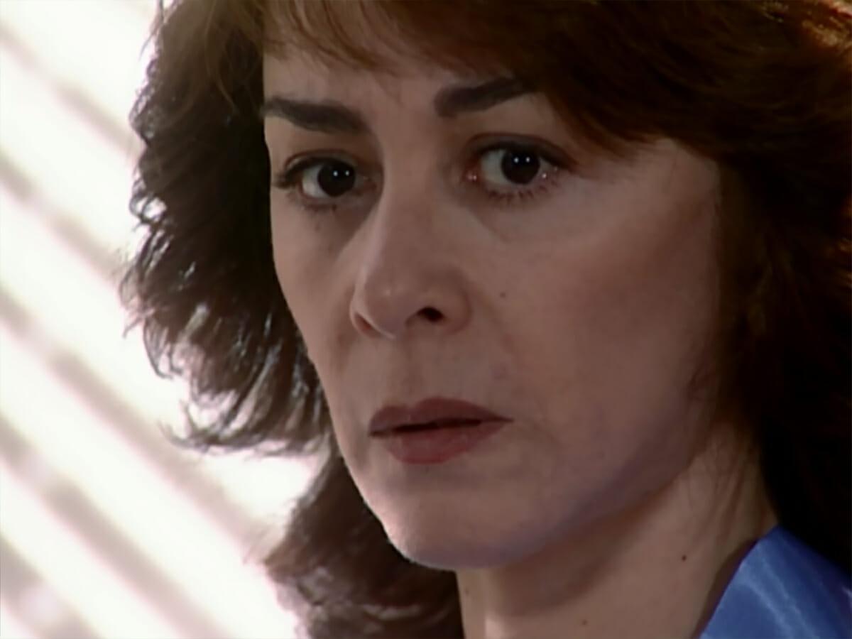 """Mentira de Albieri faz Edna ficar desconfiada e secretária solta os cachorros: """"Está cantando ela"""""""